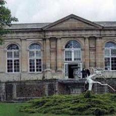 L'orangerie et l'internat du château