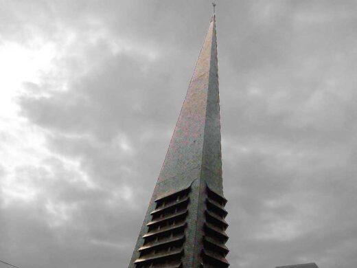 Construction triangulaire en béton du clocher de l'église