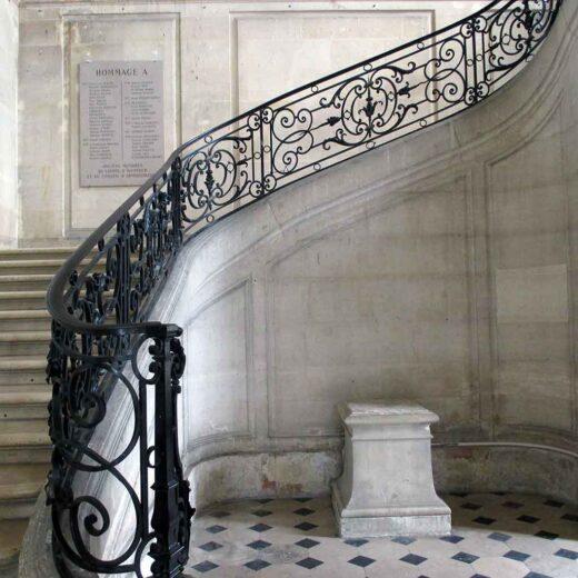 L'escalier et la plaque dans l'aile du château