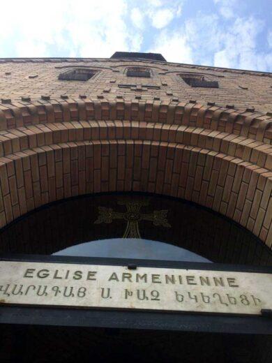 Inscription au dessus de l'entrée de l'église Sainte Croix de Varak