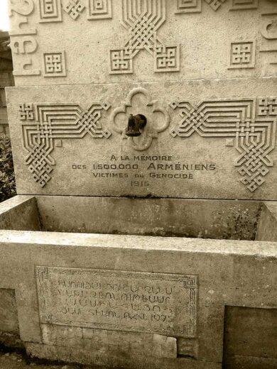 Inscription sur le khatchkar de l'église Sainte Croix de Varak