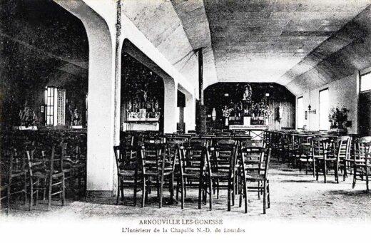 L'intérieur de la chapelle N.-D. de Lourdes à Arnouville 1930
