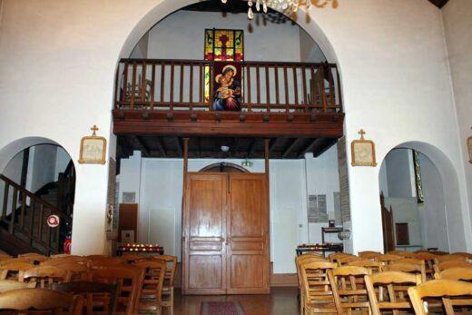 Un tableau de la Vierge et l'enfant dans l'église