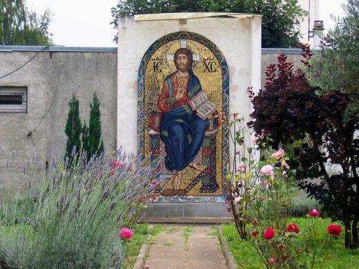 Une mosaïque dans le jardin derrière l'église