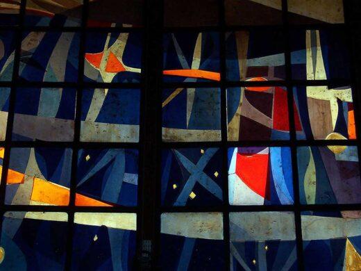 Une partie du vitrail, insolite, dans l'église.
