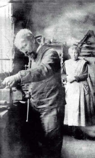 Paul Cordier dans son atelier avec sa femme Emilie Bouchereau