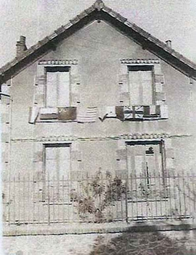 Maison d'Arnouville, pour fêter la libération, des drapeaux aux fenêtres