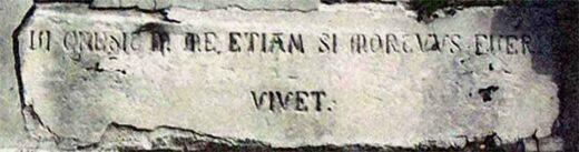 """""""Celui qui croit en moi, ne mourra point"""" en Latin sur la chapelle"""