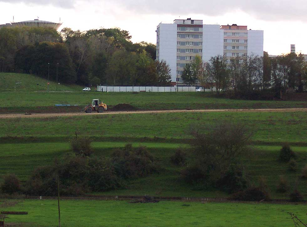 Les engins de chantier vers les immeubles de Sarcelles