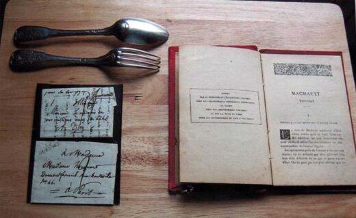 Des couverts, un livre de M. J.B. de Machault