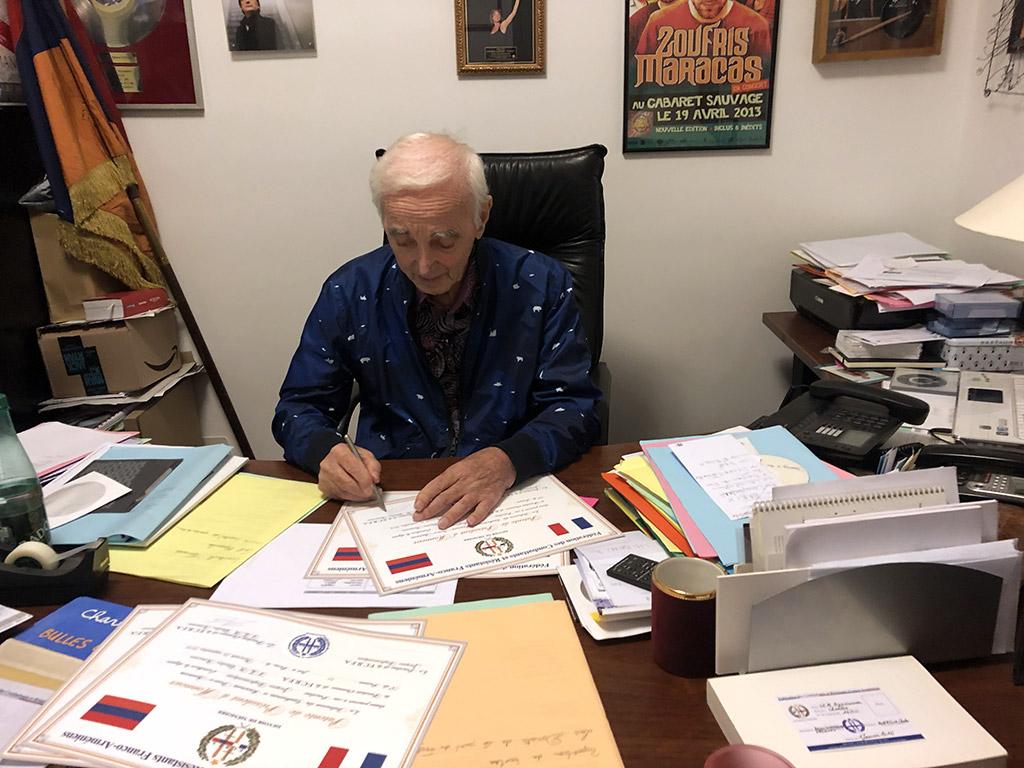 Charles Aznavour reçoit dans son bureau à Paris