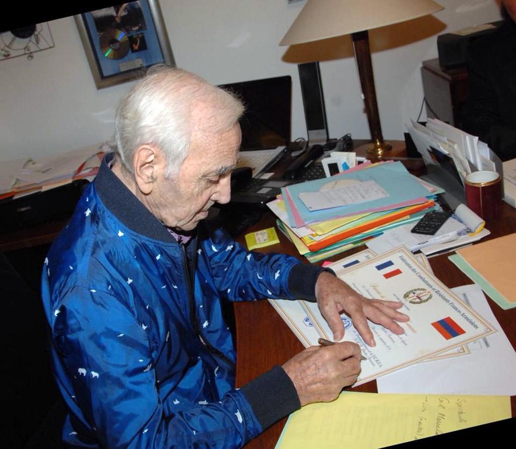 Charles Aznavour signe la Patente de Président d'Honneur