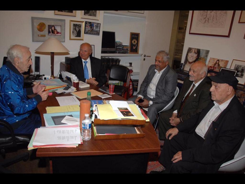 Charles Aznavour reçoit dans son bureau à Paris les membres du bureau de la FCRFA (Fédération des Combattants et Résistants Franco-Arméniens).