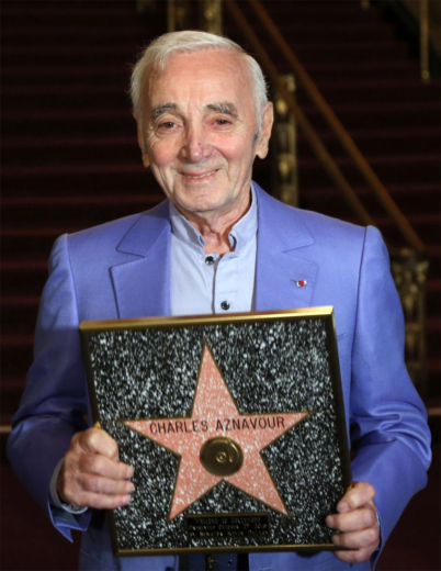 Charles Aznavour reçoit son étoile sur Walk of Fame