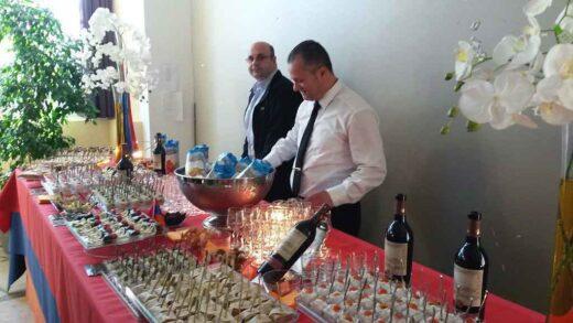 Le splendide buffet pour le public de l'exposition servit sur le drapeau arménien