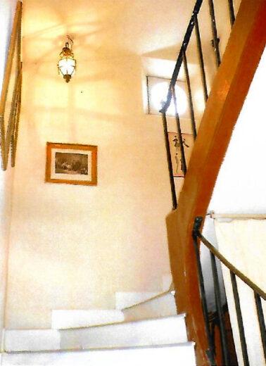 L'escalier menant au premier étage de chez M. Loyeux