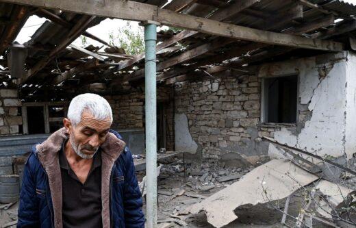 Un réfugié arménien erre dans les ruines de son village.